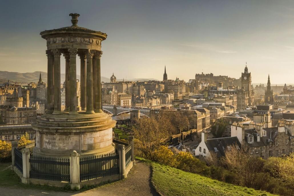 Uitzicht over Edinburgh Old Town vanaf Calton Hill